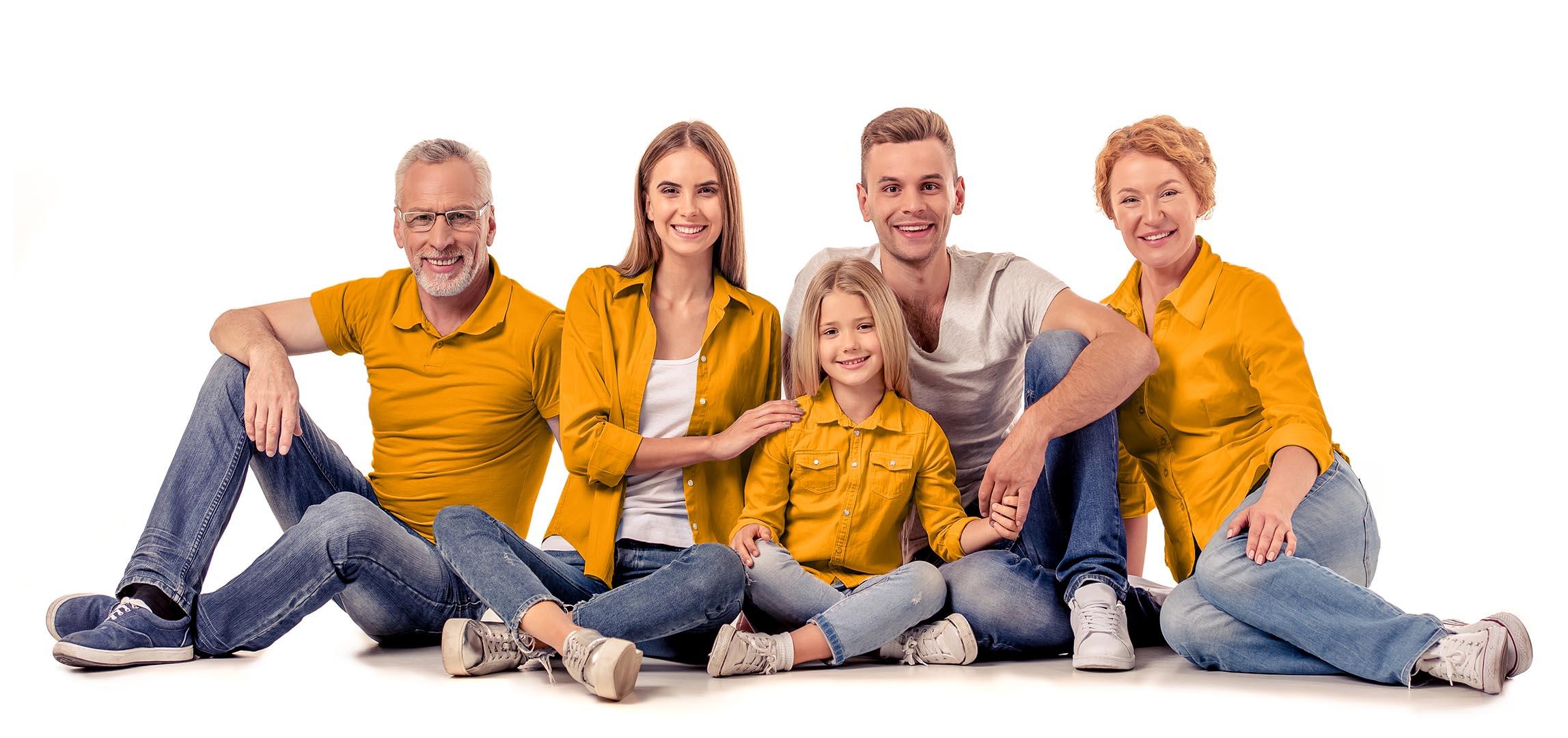 En familj som sitter på golvet med mamma, pappa och tre barn.